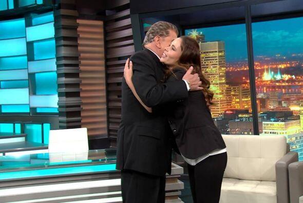 El Don le demuestra su cariño con un fuerte abrazo