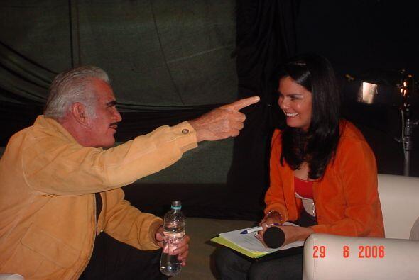 Ahtziri Cardenas entrevistando a Don Chente en agosto del 2006