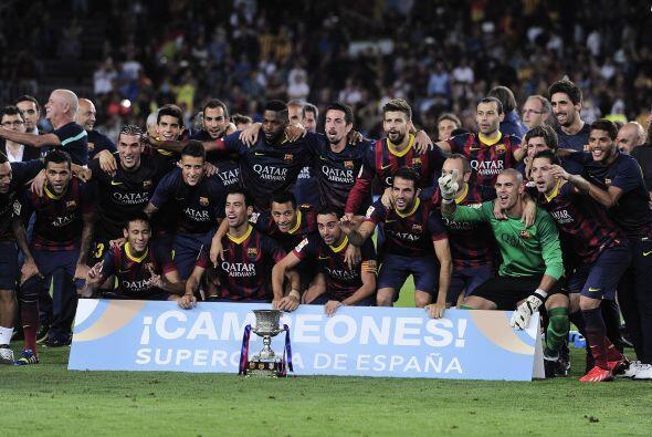 Todo el plantel posó junto con el trofeo de esta Supercopa.