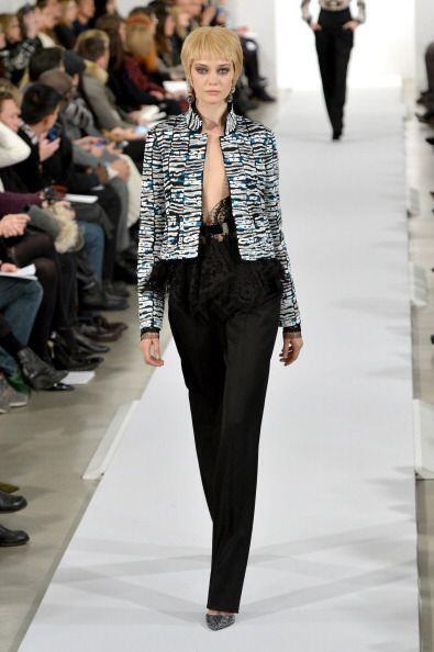 El desfile del diseñador comenzó muy sobrio con trajes de chaqueta con r...