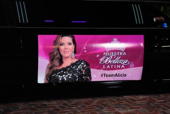 El equipo de Alicia Machado también llegó en una limosina,...