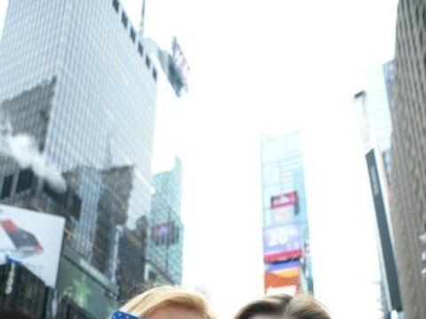 Pese a las temperaturas bajo cero, la multitud en Times Square celebr&oa...
