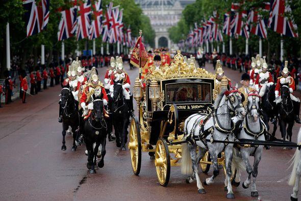 La carroza que la reina Isabel II de Inglaterra utilizó este miércoles p...
