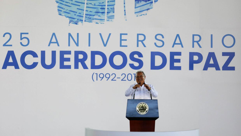En medio de protestas de veteranos, salvadoreños conmemoran 25 años del...