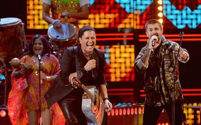 Carlos Vives cantando con Juanes.