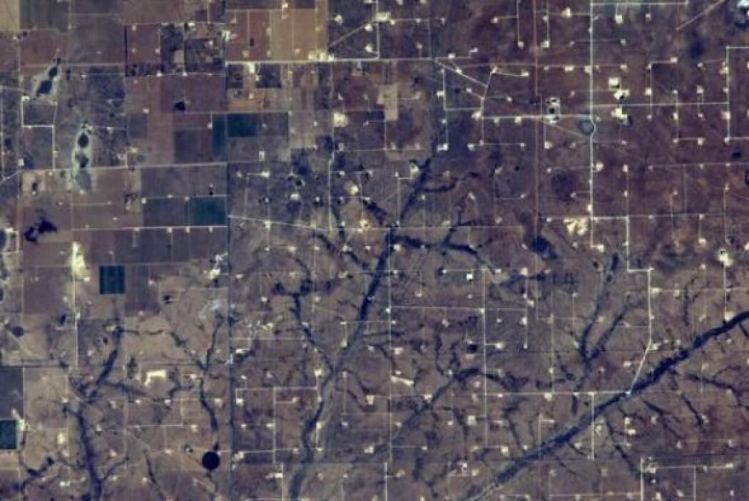 En esta foto Alexander Gerst muestra yacimientos de petróleo cerca de Mi...