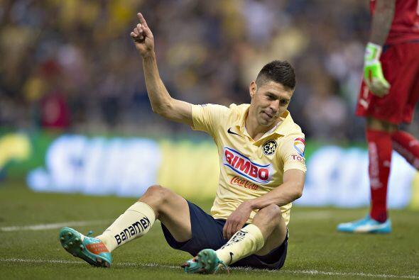 Oribe Peralta recibió un empellón por la espalda de parte de Efraín Juár...