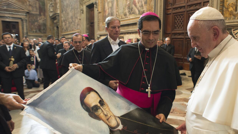 El papa Francisco con la imagen de Monseñor Romero.
