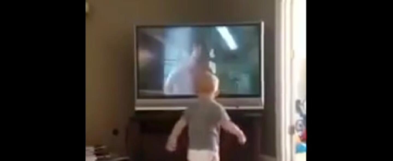 Un bebé es fanático del box y entrena como Rocky Balboa