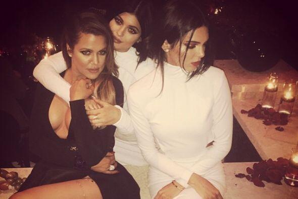 Aquí posando nuevamente muy sensual junto a sus hermanas Kendall...