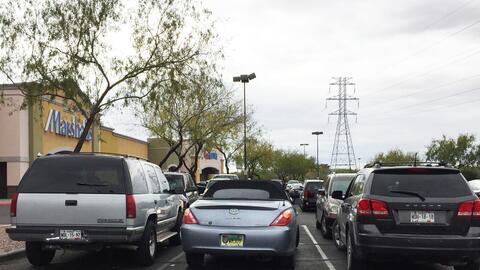 Los estacionamientos de los centros comerciales están llenos de v...