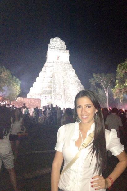 Bellísimamente alumbrada, la pirámide de Tikal lucí...