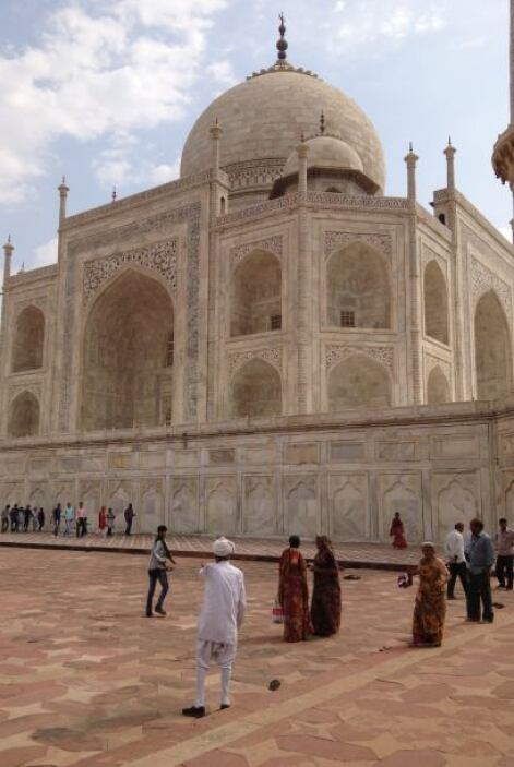 El edificio principal está hecho en mármol blanco y Taj Mahal