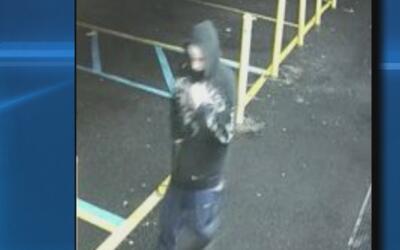 Buscan al ladrón armado que atracó una bodega en Clove Road, Staten Island