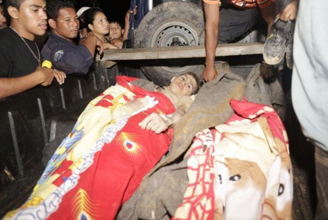 Los primeros hombres en ser rescatados fueron llevados a un hospital local.