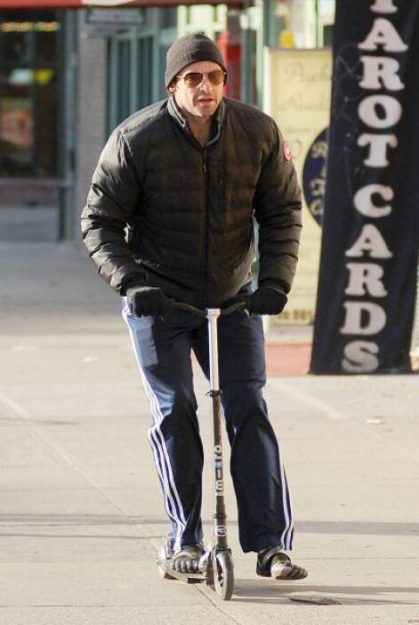 ¡Mira cómo se pasea Hugh Jackman! ¿Quién necesita taxi para moverse por...