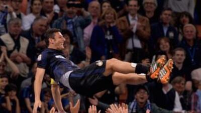 Zanetti alzado en volandas por sus compañeros al final del partido.