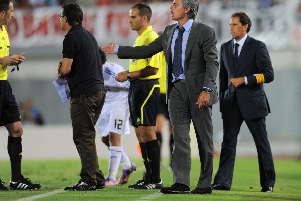 Mourinho lucía desesperado y le pedía más a sus pupilos, sin recibir gra...