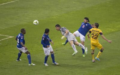 Moisés Muñoz, en su remate a gol en la Final del Clausura...