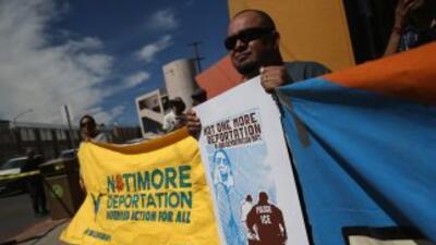 Un grupo de manifestantes clama por el fin de las deportaciones.