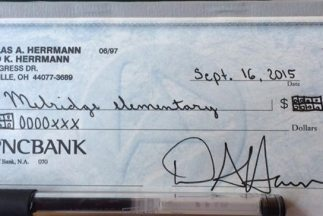 A través de un cheque difícil de descrifrar, un padre manifestó su disgu...