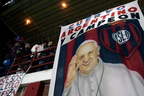 Entre los festejos en las gradas no pudo faltar la imagen del Papa Franc...