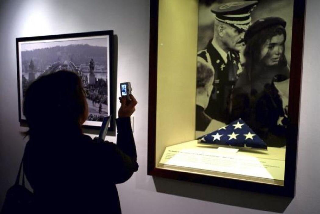 Una visitante fotografía la bandera que cubrió el féretro del expresiden...