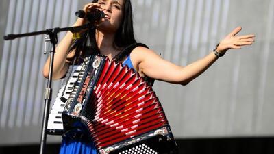 Julieta Venegas es una de las cantantes que Juan Gabriel contempló para...