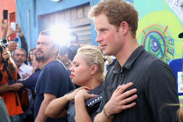 El príncipe Harry compartió momentos emotivos con los moradores de la zona.