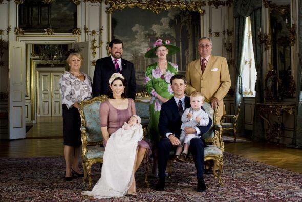 La imagen oficial del bautizo de la princesa Isabella de Dinamarca muest...