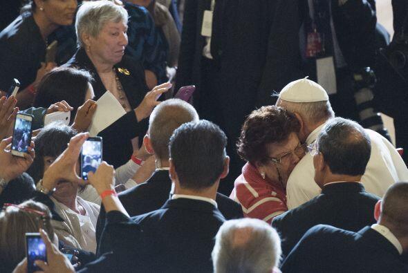 Una mujer y el Papa se abrazan en la catedral.