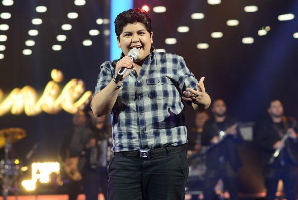 """Stephanie cantó """"Y llegaste tú"""" con la banda de Julión Álvarez."""