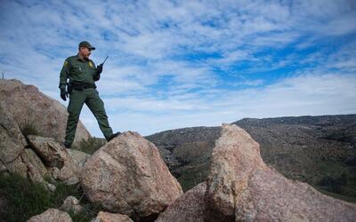 Un agente de la Patrulla Fronteriza en una de las zonas más difíciles de...