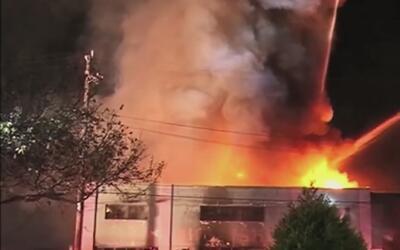 Fiscalía no descarta cargos de homicidio en incendio de almacén en Calif...