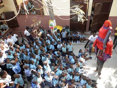 Los alumnos haitíanos de la Escuela Nacional tuvieron un d&iacute...