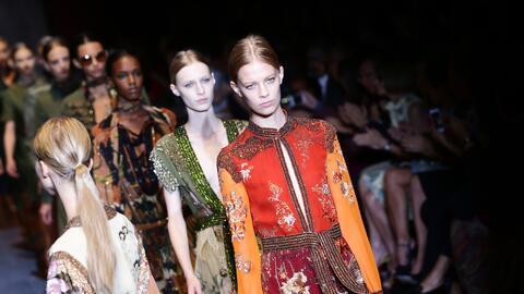 Vestidos de Gucci que alardean de capturar los colores del arcoíris.