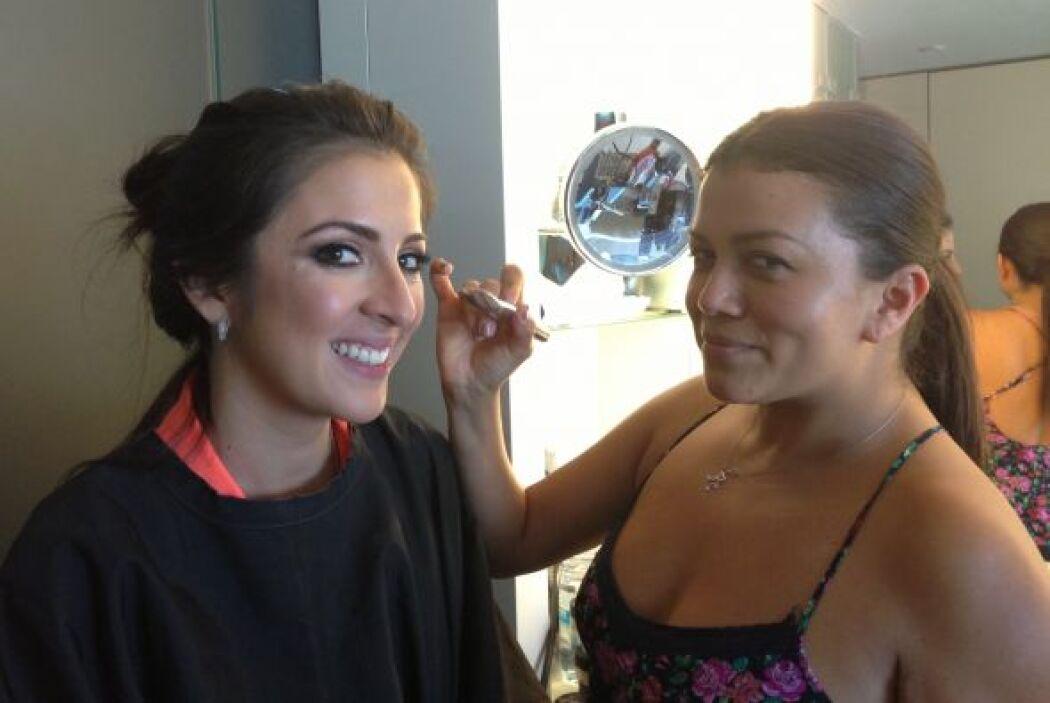 Maity Interiano, la dama de honor, en pleno proceso de maquillaje antes...