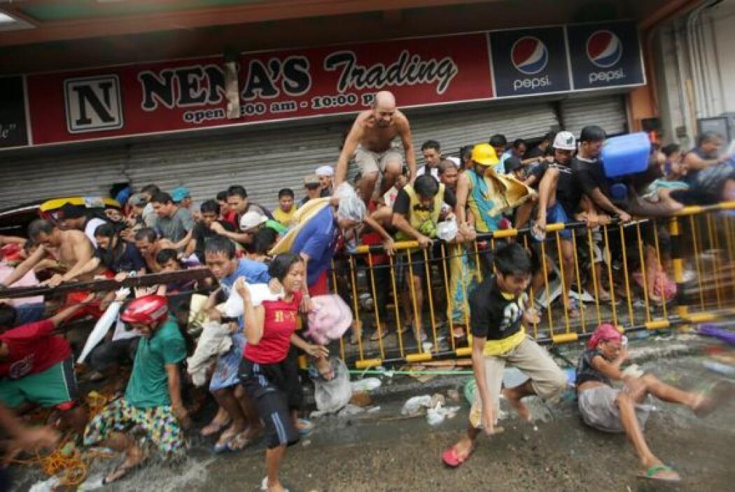 Cientos de policías de Manila fueron enviados a Tacloban, de unos 220 mi...