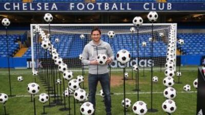 Lampard, posando en la cancha de Stamford Bridge, continuará su aventura...