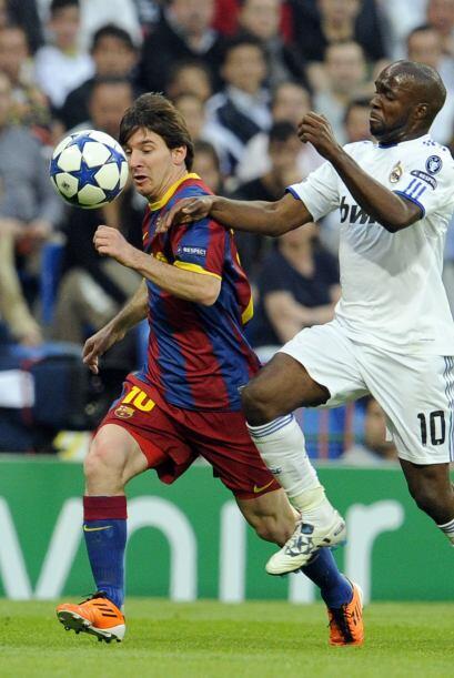 Messi trató de imponer su velocidad y buen regate pero no le alcanzó en...