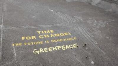Mensaje desplegado por Greenpeace junto al colibrí, uno de los geoglifos...