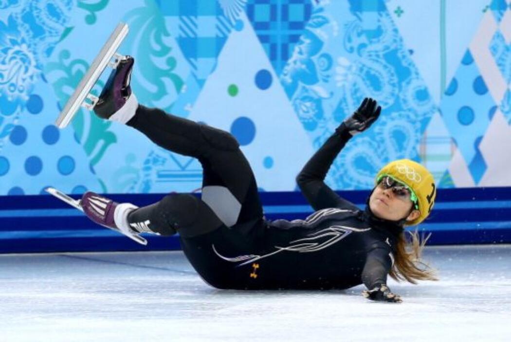 La patinadora Jessica Smith, de Estados Unidos, fue a dar al suelo en la...