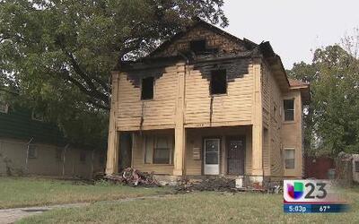 Rescatan tres personas de fuego en residencia