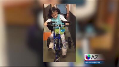 Niña con parálisis encuentra felicidad en triciclo