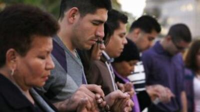 El grupo de Arizona reza para que el presidente del Congreso, John Boehn...