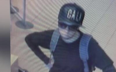 Arrestan a una expolicía de Los Ángeles acusada de asaltar varios bancos