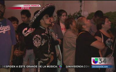 Decenas de fanáticos rinden tributo a Juan Gabriel en su casa de Santa M...