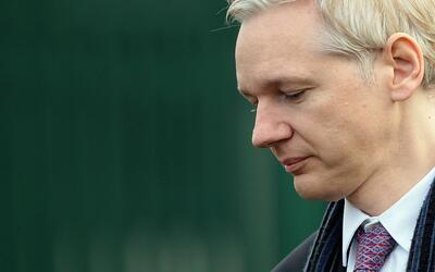 Julian Assange en una conferencia de prensa realizada en Londres el 11 d...
