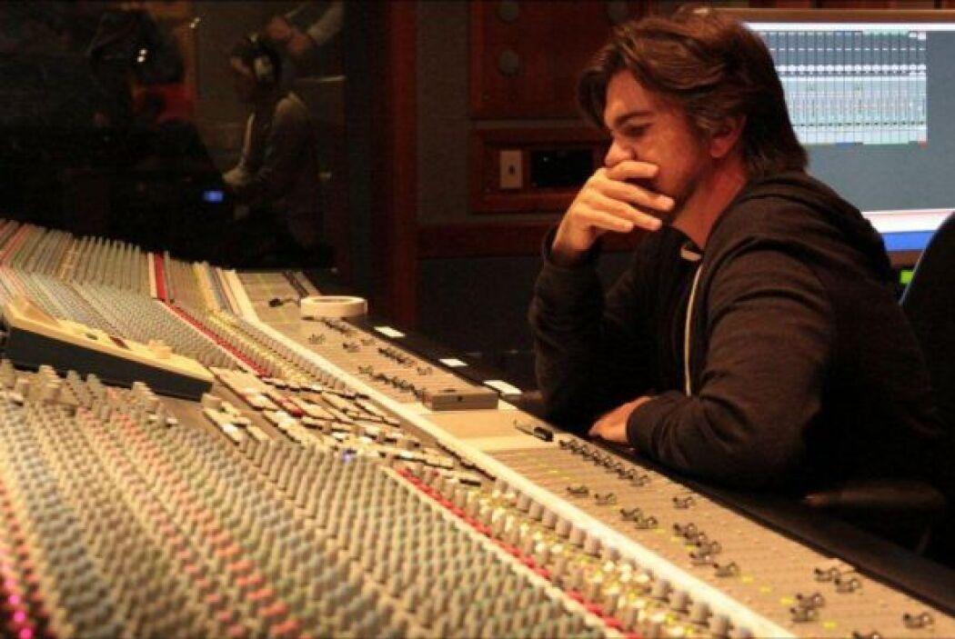 Aquí en su estudio de grabación.