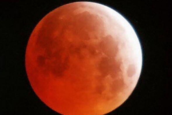 ¡La Luna se tiñe de sangre y mucha gente se asusta! &iquest...